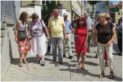 Teilnehmer beim Erkunden der Barrierefreiheit in Nördlingen